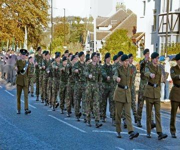 חיילים צועדים מוקטנת